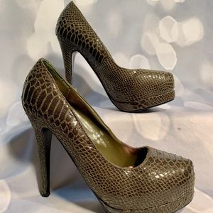 AWESOME OLIVE GREEN SNAKE SKIN DESIGN PLATFORM 7.5